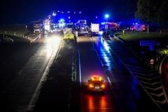 1707753922-schwerer-unfall-geseke-durchschlaegt-leitplanke-autos-fliegen-ueber-gegenfahrbahn-QCa7