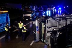 517705131-schwerer-unfall-geseke-durchschlaegt-leitplanke-autos-fliegen-ueber-gegenfahrbahn-Rea7