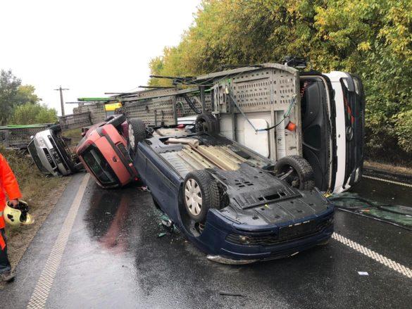 Pagube materiale însemnate după ce un TIR încărcat cu mașini s-a răsturnat pe DN7, în Arad