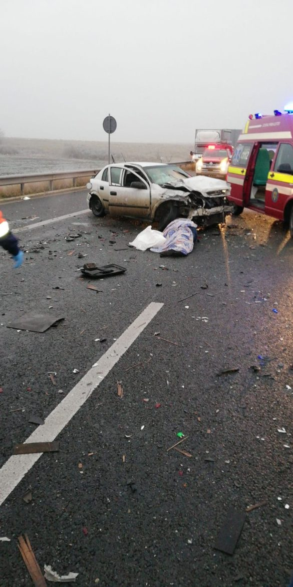 FOTO/ Accident MORTAL pe autostrada Arad-Timișoara, între un TIR, un microbuz și un autoturism