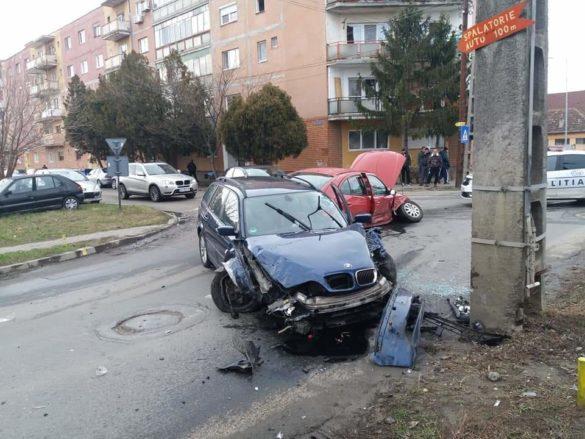 Impact între un BMW și un Renault pe o stadă din Arad (FOTO)