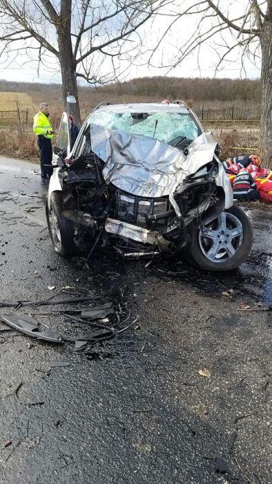 Tragedie fară margini în vestul țării! Un minor de 13 ani a murit, după ce s-a urcat la volan și a intrat într-un copac (FOTO)