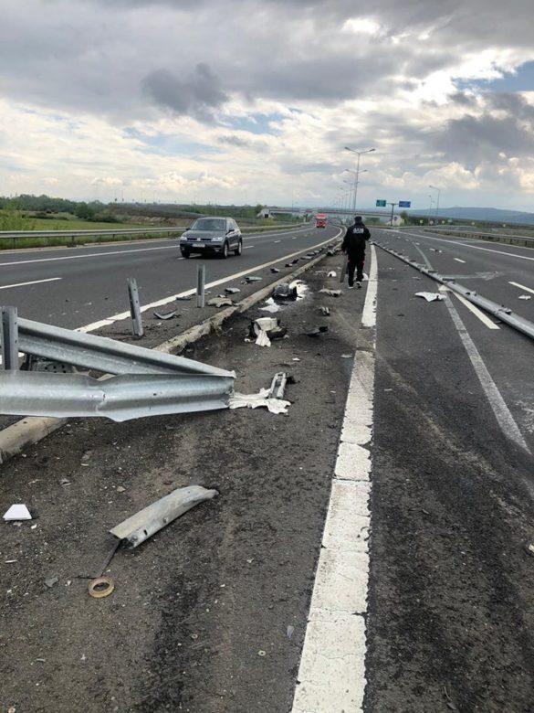 Prăpăd pe A1, după ce şoferul unui TIR a pierdut controlul asupra direcției de deplasare (GALERIE FOTO)