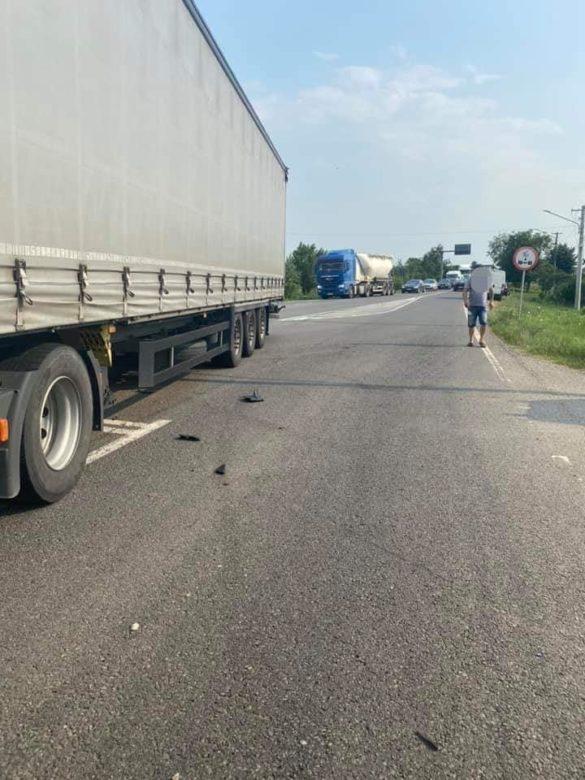 La un pas de tragedie pe un drum din Arad: a scăpat ca prin minune după ce mașina în care se afla a fost lovită violent de un TIR