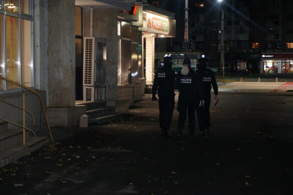 Arădenii care ignoră măsurile de protecție, sancționați de polițiștii locali: surprinși în spații comerciale și pe stradă fără mască (GALERIE FOTO)