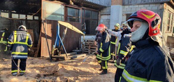 Incendiu în Pecica, la un atelier de tâmplărie și brichete de încălzire (FOTO)