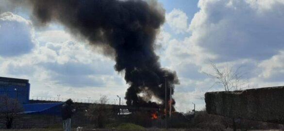 Incendiu la Metalcomp. Pompierii se luptă de aproximativ 2 ore cu flăcările (VIDEO + FOTO)