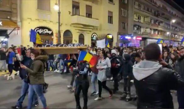 Mii de arădeni în stradă, în a 3-a zi de protest. Sancțiuni RECORD în țară (GALERIE FOTO)